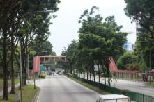 Jembatan penyebrangan supaya pejalan kaki aman